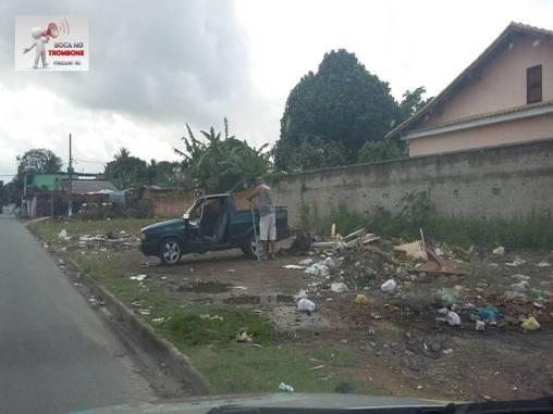 Mesmo com sérios problemas na coleta, moradores não ajudam e frequentemente cenas como dessa foto são presenciadas, onde um homem descarrega lixo nas ruas do bairro do Engenho.