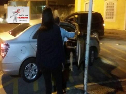 Prefeita da cidade Maria da Conceição Caldas Rabha, sai às pressas em direção ao carro, após ver alguns servidores na noite de ontem que tentaram conversar com a prefeita.