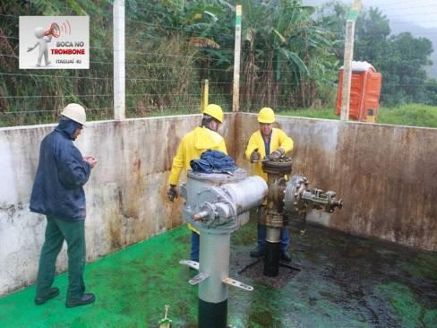 Funcionários da Transpetro fecham duto e controlam vazamento