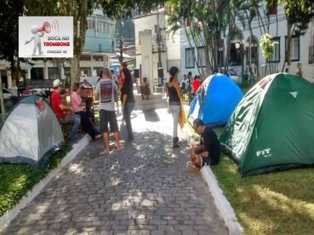 Servidores acamparam em alguns dias da greve na praça próxima a prefeitura