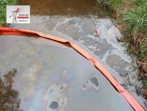 Óleo atinge lençol d'água em Itaguaí