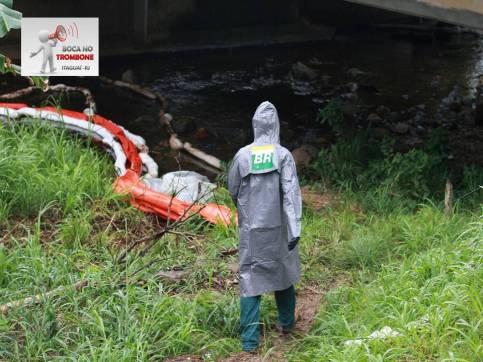 Barreira de contenção foi colocada no Rio Itinguçu