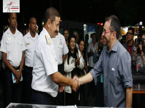 Prefeito Weslei Pereira recebe ambulância doada pela Marinha / Foto: Carlos Campos