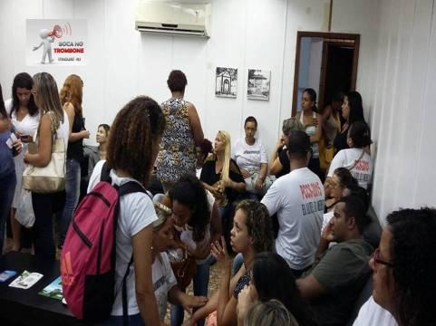 Servidores aguardando reunião com o prefeito de Itaguaí
