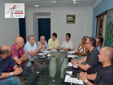 Prefeito e secretários em reunião sobre o concurso