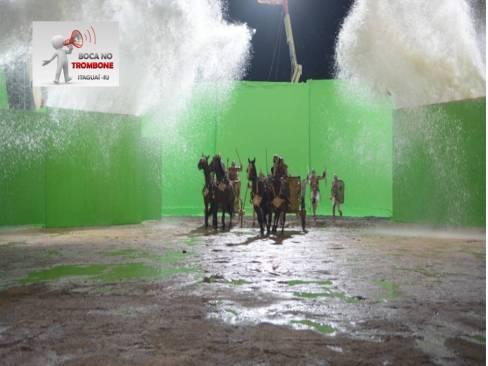 Trechos da gravação de cenas com o fechamento do Mar Vermelho em estúdio